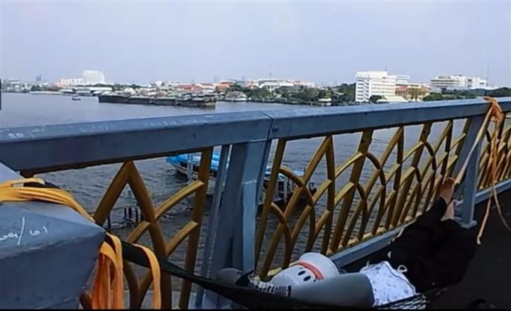 チャオプラヤー川の橋の上で昼寝