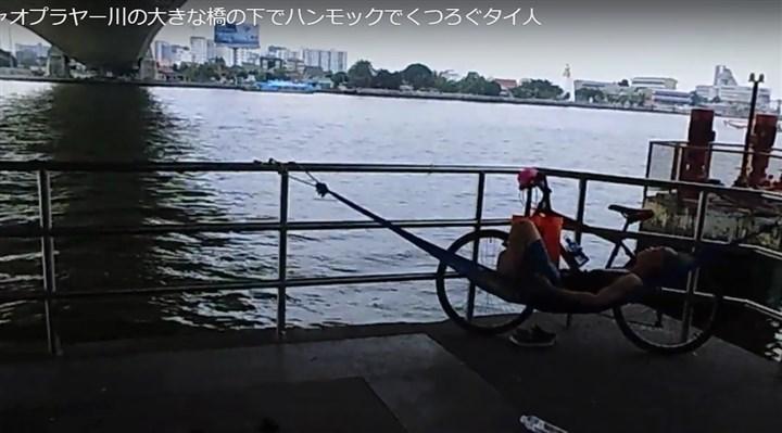 チャオプラヤー川の橋の下でくつろぐタイ人